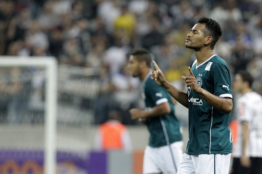 Jackson comemora seu gol, o segundo do Goiás sobre o Corinthians