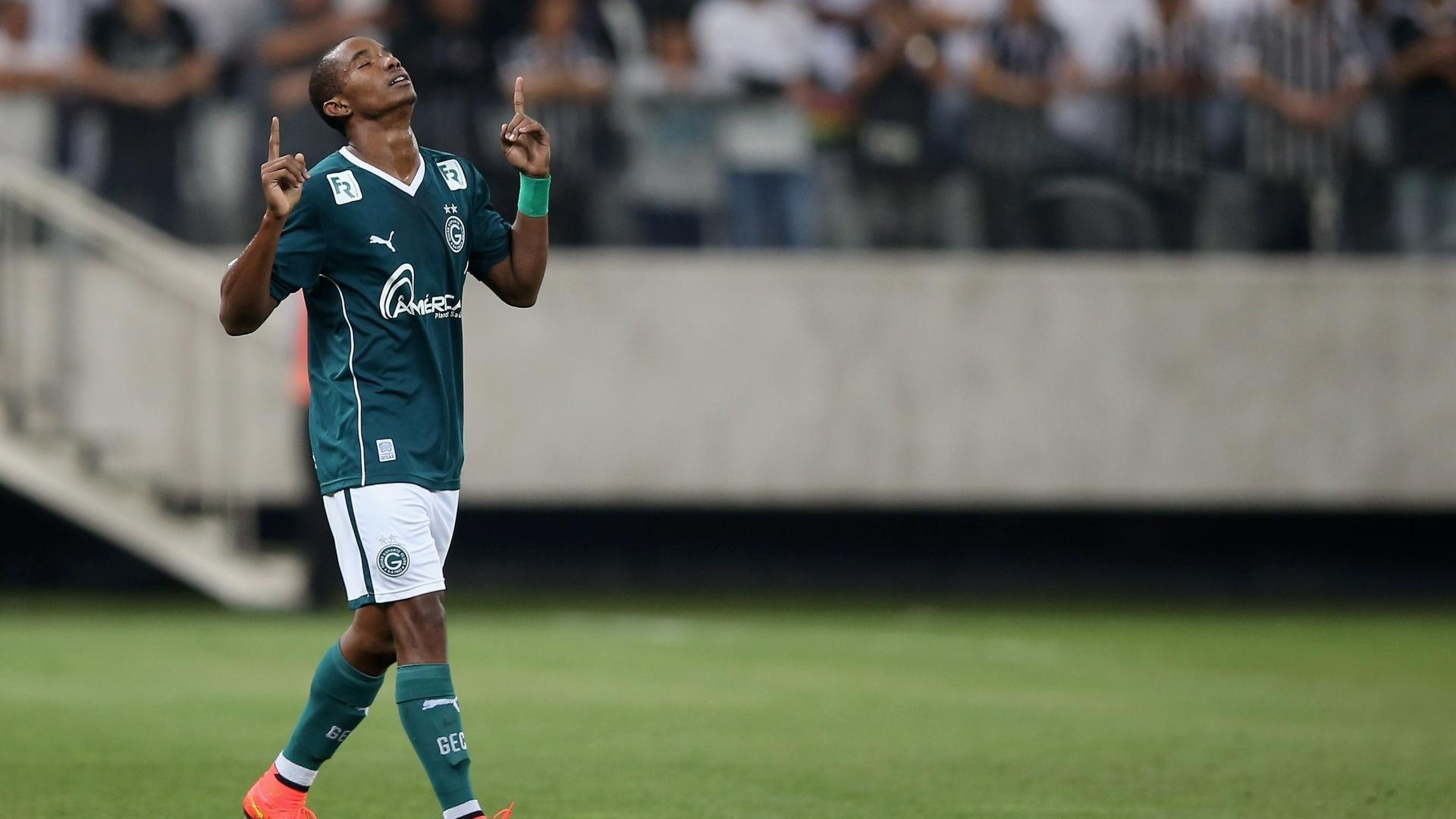 Thiago Mendes aponta para o céu após abrir o placar para o Goiás sobre o Corinthians