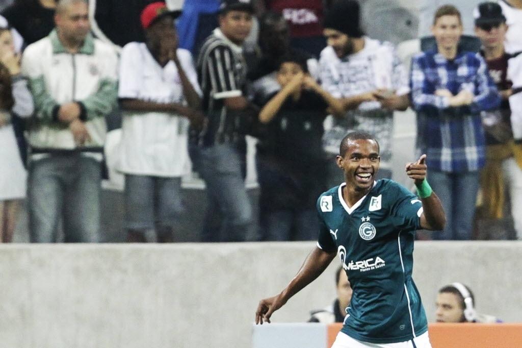 Thiago Mendes, do Goiás, comemora o gol que abriu o placar no duelo com o Corinthians