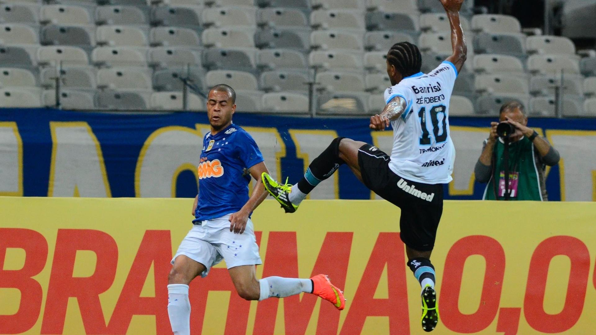 Zé Roberto, do Grêmio, salta para tentar evitar lançamento para Mayke, do Cruzeiro