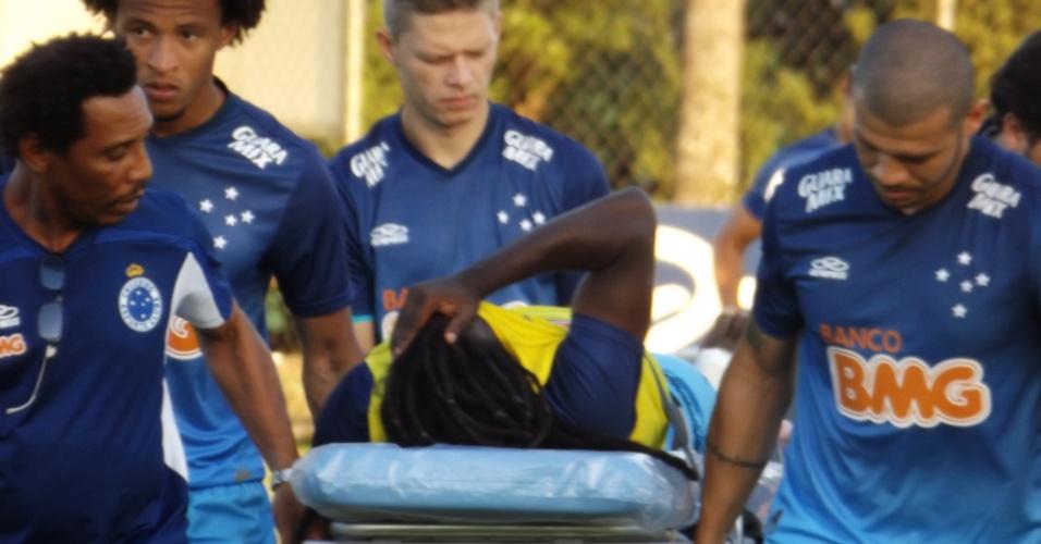22 ago 2014 - Tinga, com suspeita de fratura na perna direita, é carregado por seus companheiros de Cruzeiro