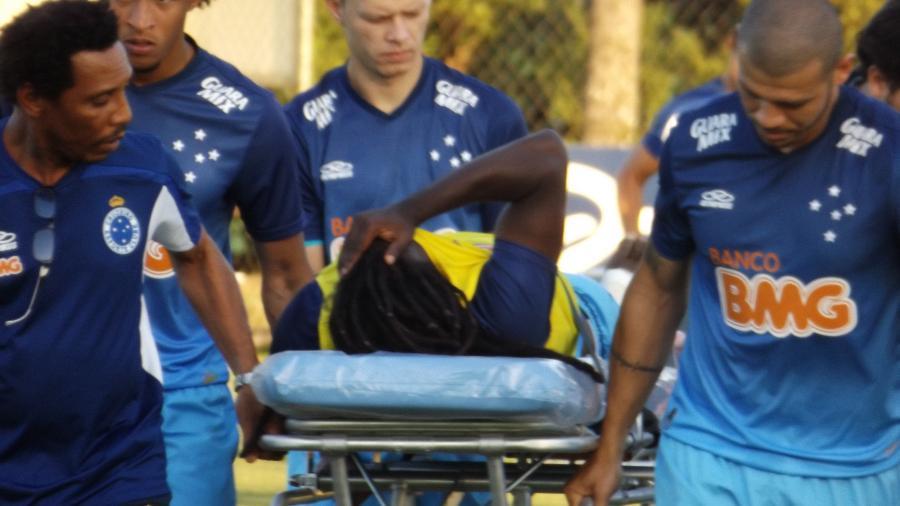 Jogadores do Cruzeiro acompanham Tinga ser retirado do treino de maca após o ex-meia sofrer grave lesão em agosto de 2014 - Dionizio Oliveira/UOL