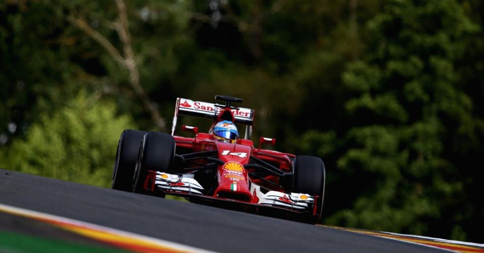 22.ago.2014 - Fernando Alonso acelera sua Ferrari pelo circuito de Spa-Francorchamps durante os treinos livres para o GP da Bélgica