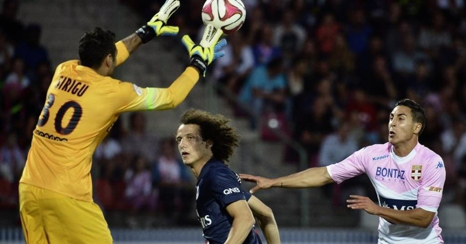 David Luiz observa Sirigu, o goleiro do PSG, defender cruzamento do Evian