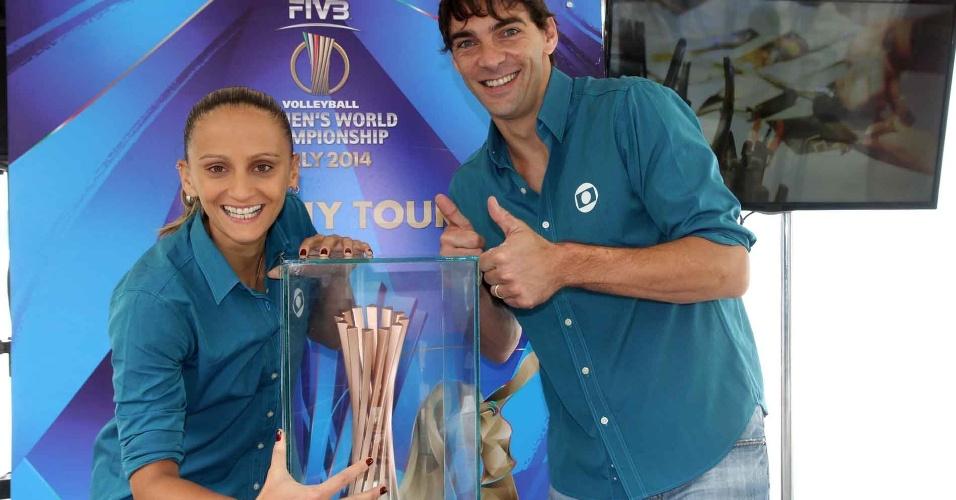 Fabi (e) e Giba posam ao lado da taça do Mundial masculino de vôlei exposta no Rio de Janeiro