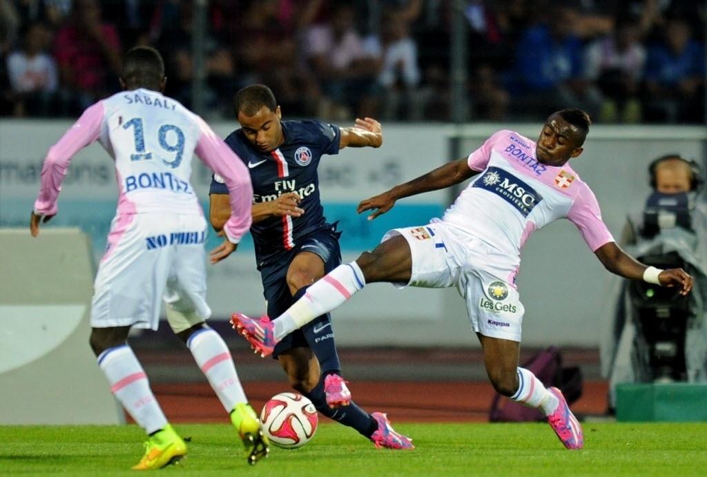 Lucas tenta partir para o ataque contra a marcação de dois defensores do Evian