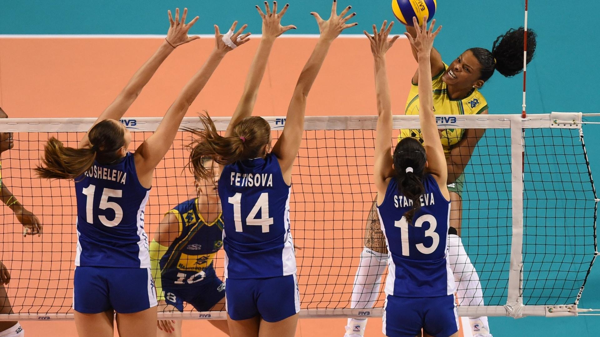 Fernanda Garay encara o paredão triplo da Rússia durante a vitória do Brasil
