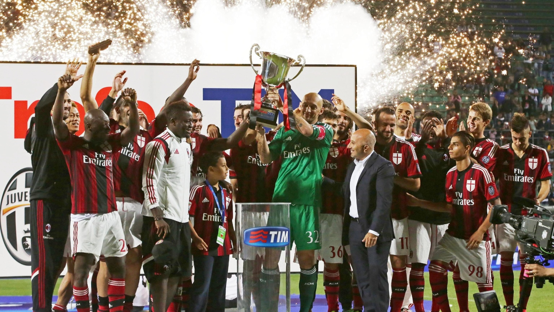 Jogadores do Milan celebram título de um torneio amistoso na pré-temporada 2014-2015