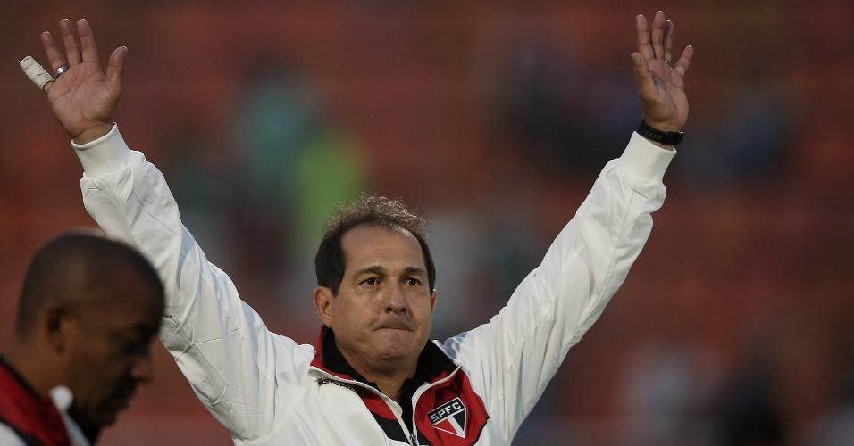 O técnico Muricy Ramalho apareceu com dedo enfaixado após jogo contra o Vitória, pelo Brasileiro