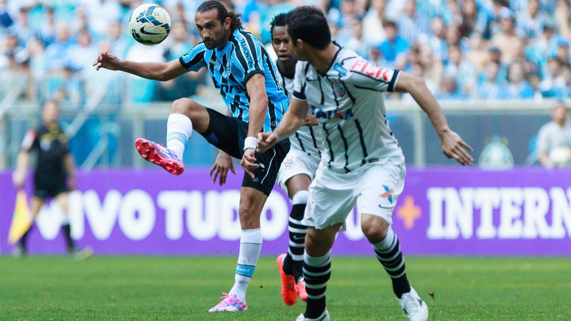Barcos domina a bola vigiado por Anderson Martins em duelo entre Grêmio x Corinthians