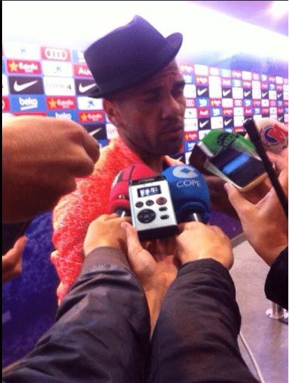Daniel Alves escolhe visual alternativa para entrevista após a vitória do Barcelona