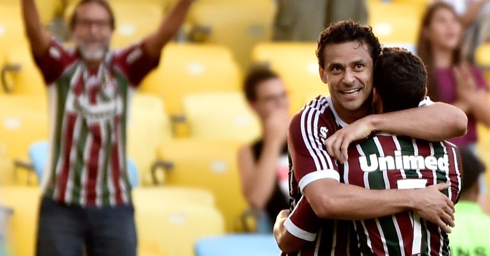 Fred abraça Jean após marcar gol pelo Fluminense
