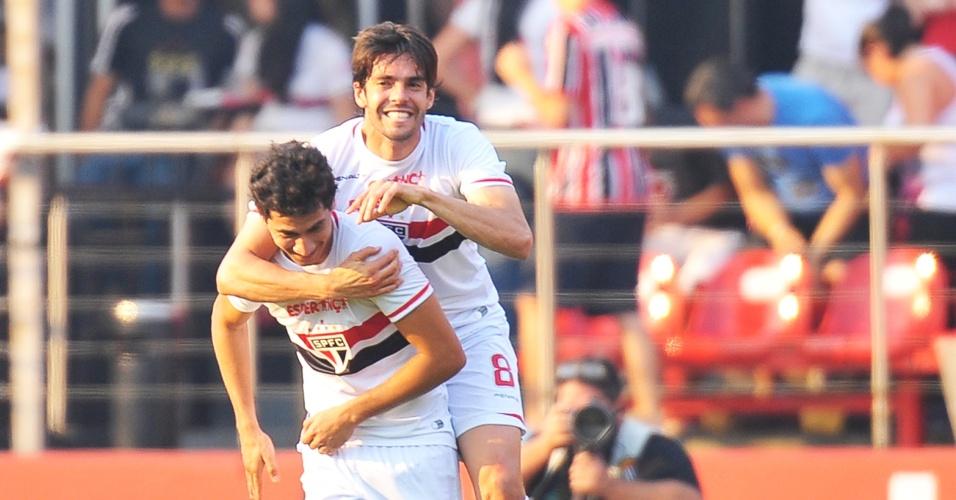 Ganso comemora com Kaká o gol de abertura do placar no clássico entre São Paulo x Santos