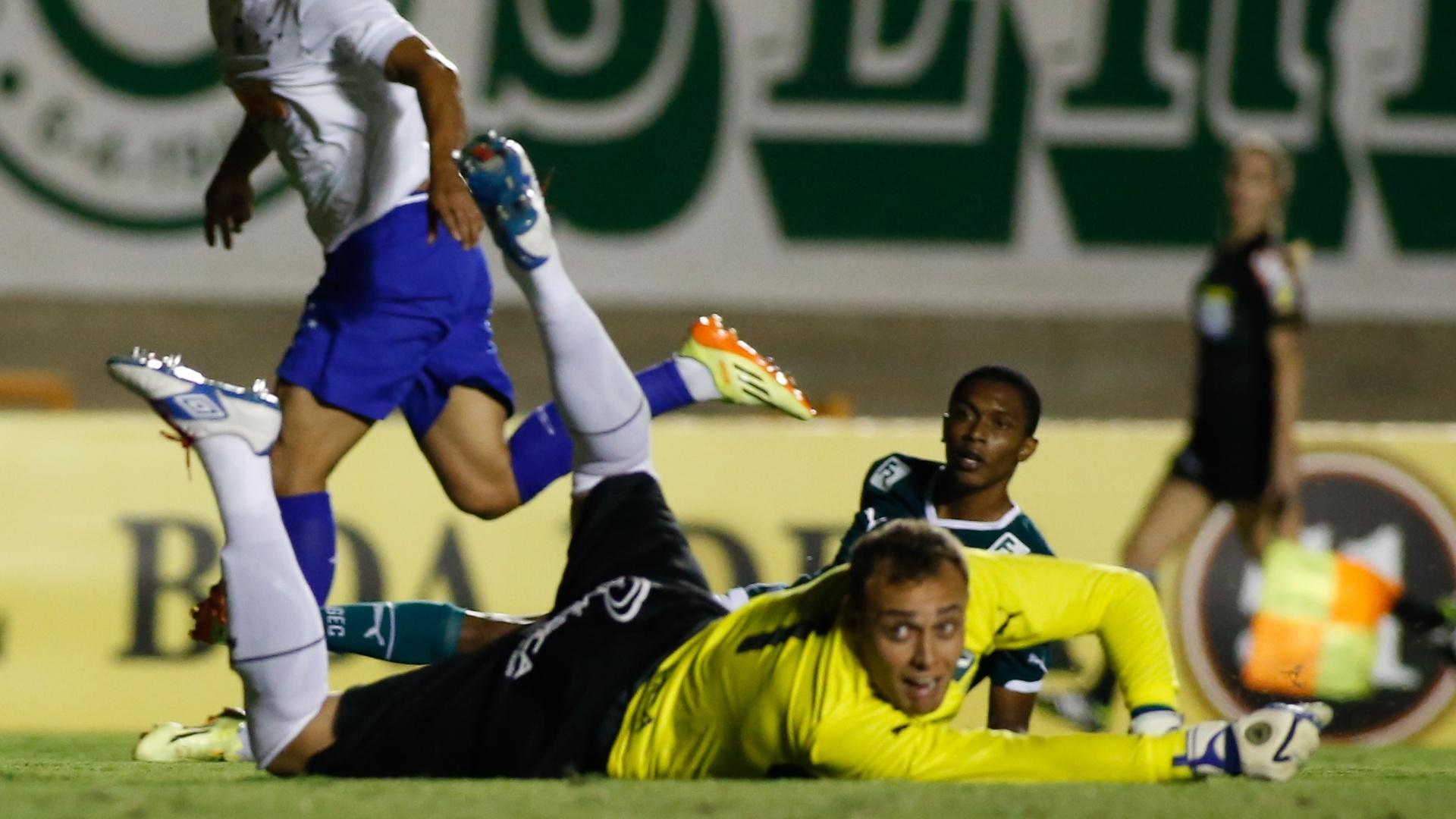 Goleiro do Goiás, Renan, observa bola no fundo das redes após o gol de Marcelo Moreno