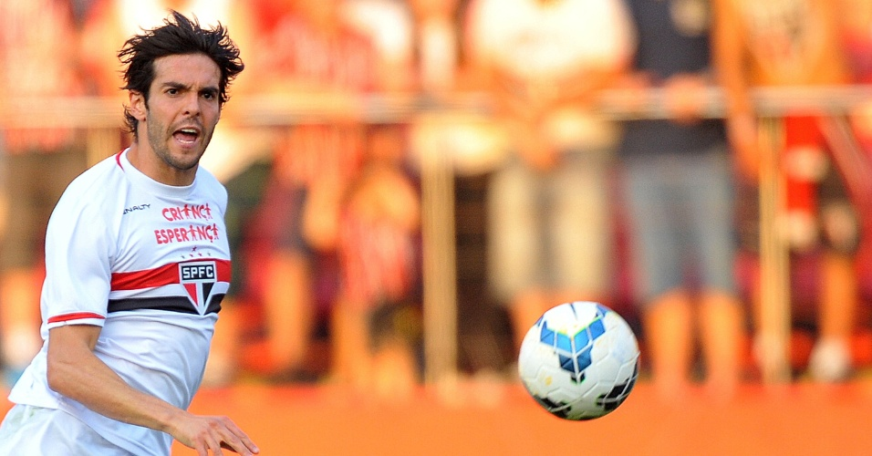 Kaká perde o domínio da bola em jogo contra o Santos