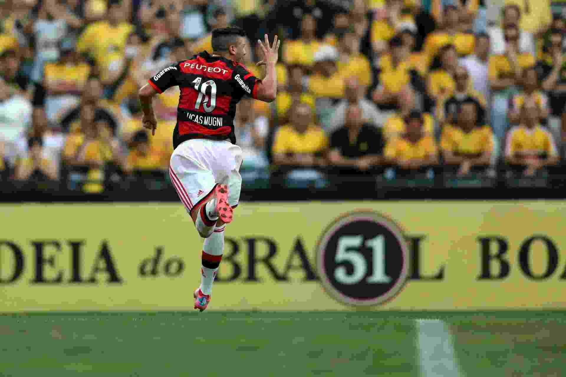 Lucas Mugni comemora após marcar gol de pênalti pelo Flamengo - Getty Images