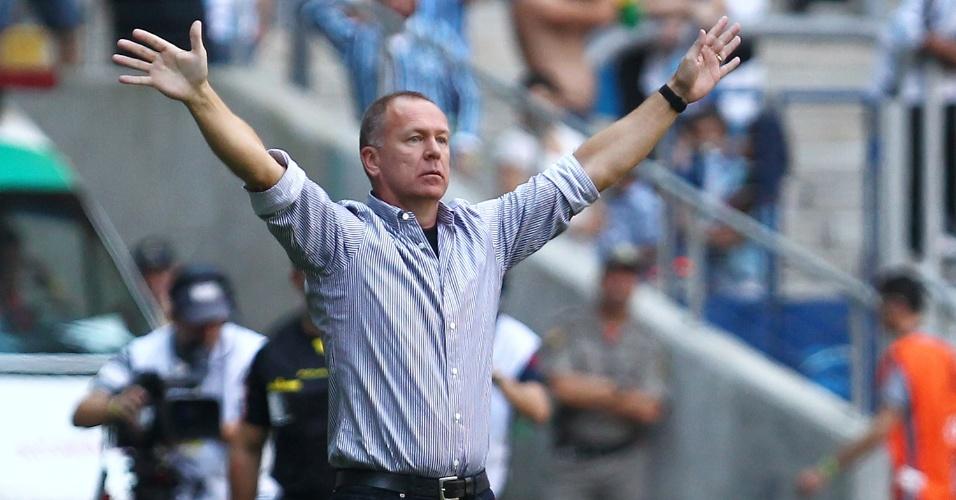 Mano Menezes reclama à beira do campo na Arena do Grêmio