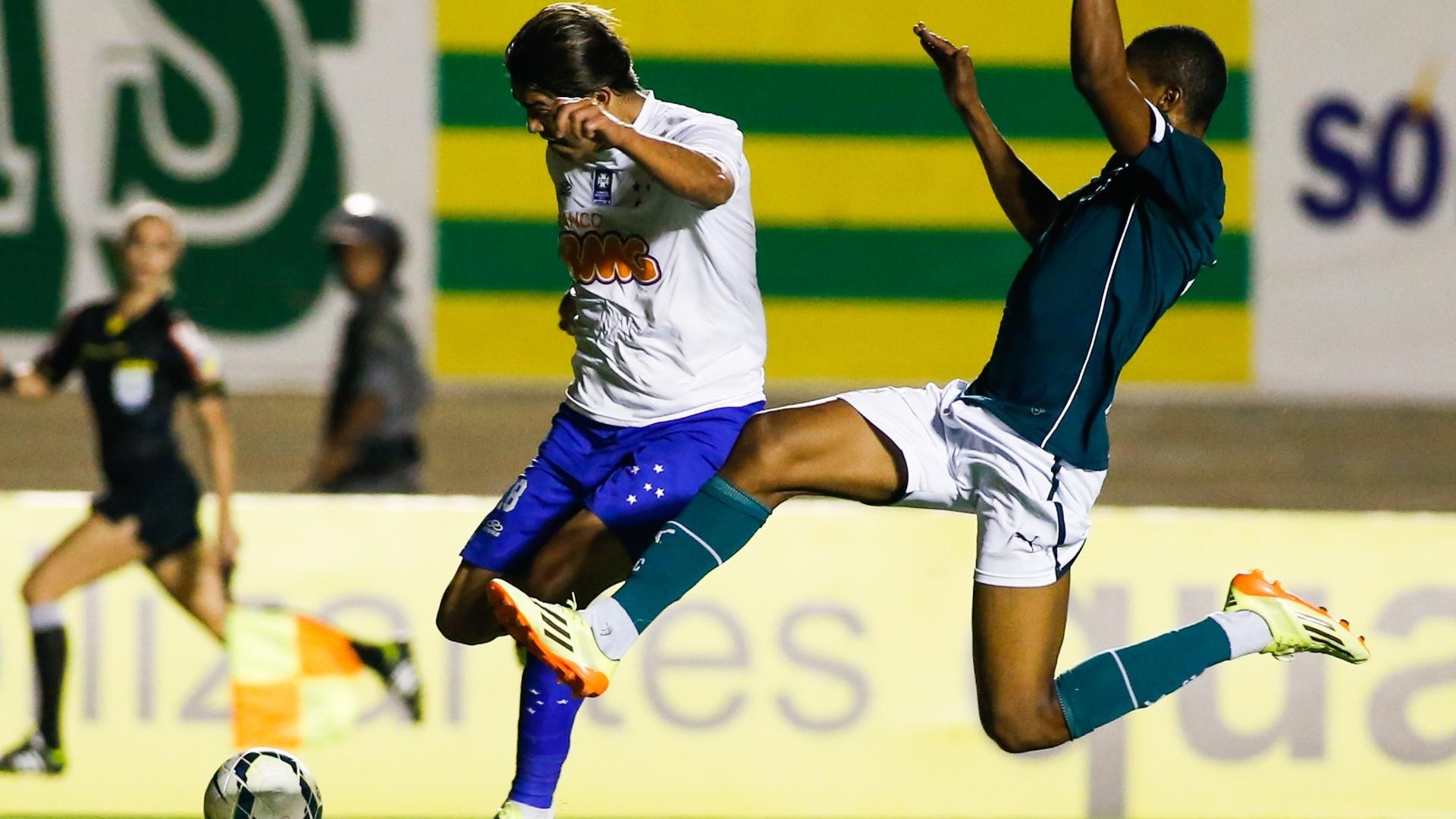 Marcelo Moreno chuta durante do jogo do Cruzeiro