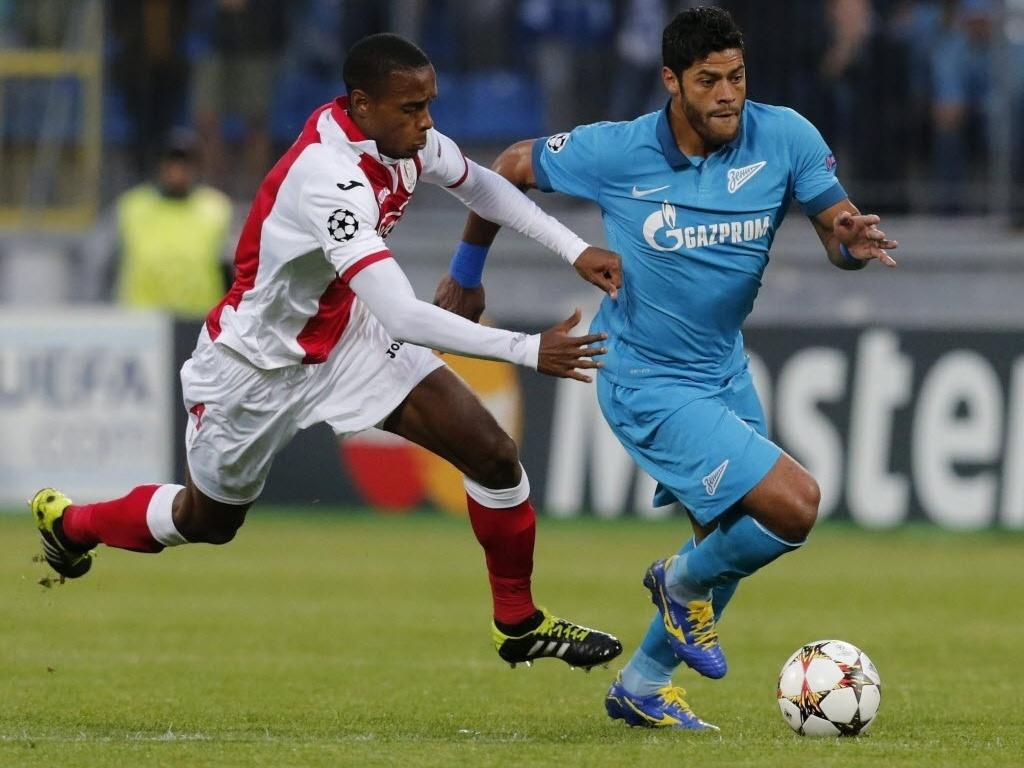 Hulk briga contra a marcação na partida entre Zenir e Standard Liège na Rússia