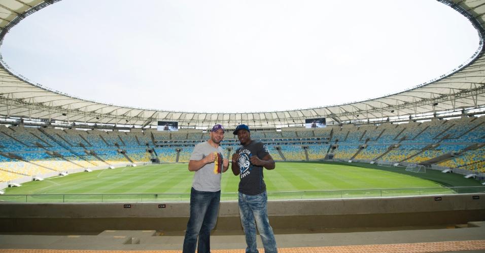 Glover Teixeira e Phil Davis posam no Maracanã durante a encarada para o UFC 179