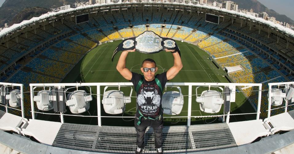 José Aldo posa no alto do estádio do Maracanã antes de enfrentar Chad Mendes no UFC 179