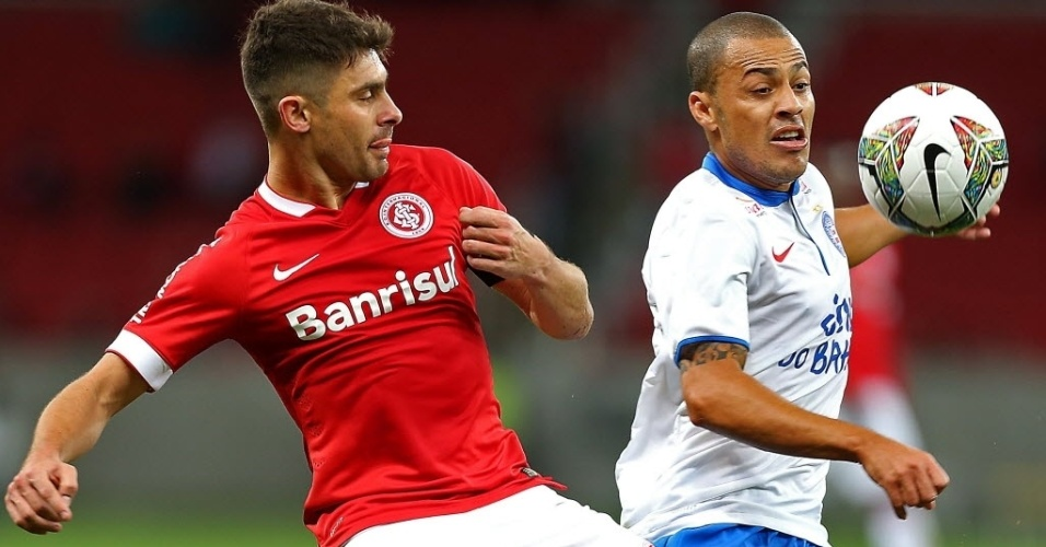 17.ago.2014 - Léo Gago (dir) disputa pela bola com Alex no duelo entre Bahia e Internacional pela Sul-Americana