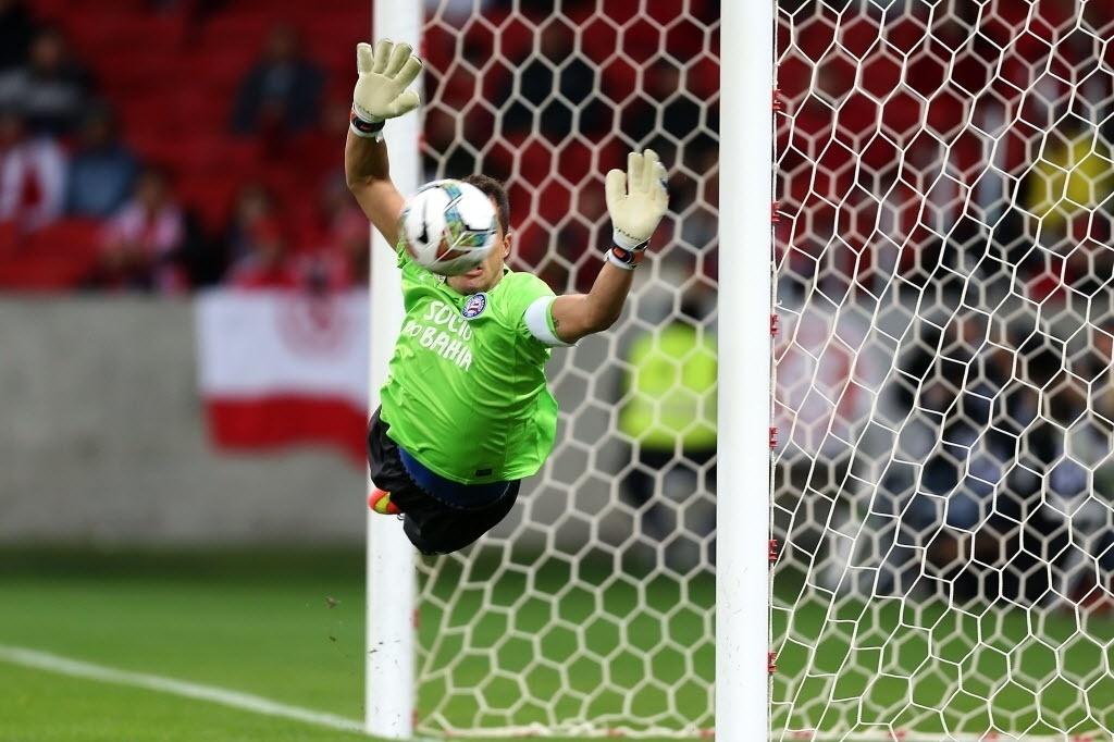 27.ago.2014 - Goleiro do Bahia, Marcelo Lomba faz boa defesa na partida contra o Internacional pela Sul-Americana no Beira-Rio