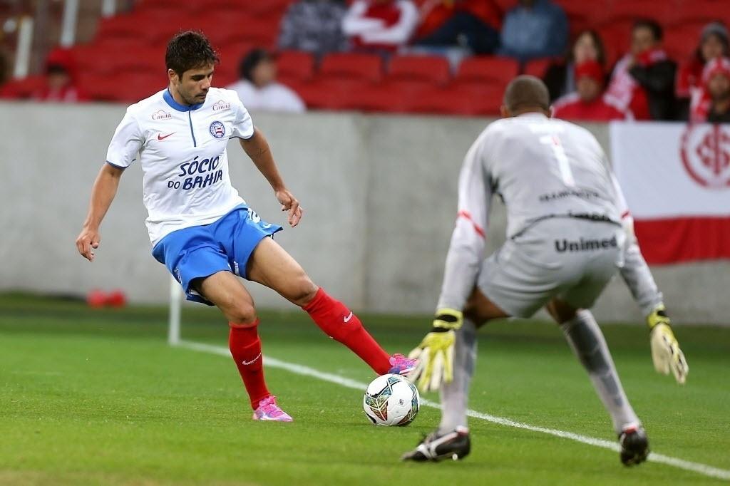 27.ago.2014 - Henrique tenta driblar Dida no duelo entre Internacional e Bahia pela Sul-Americana no Beira-Rio