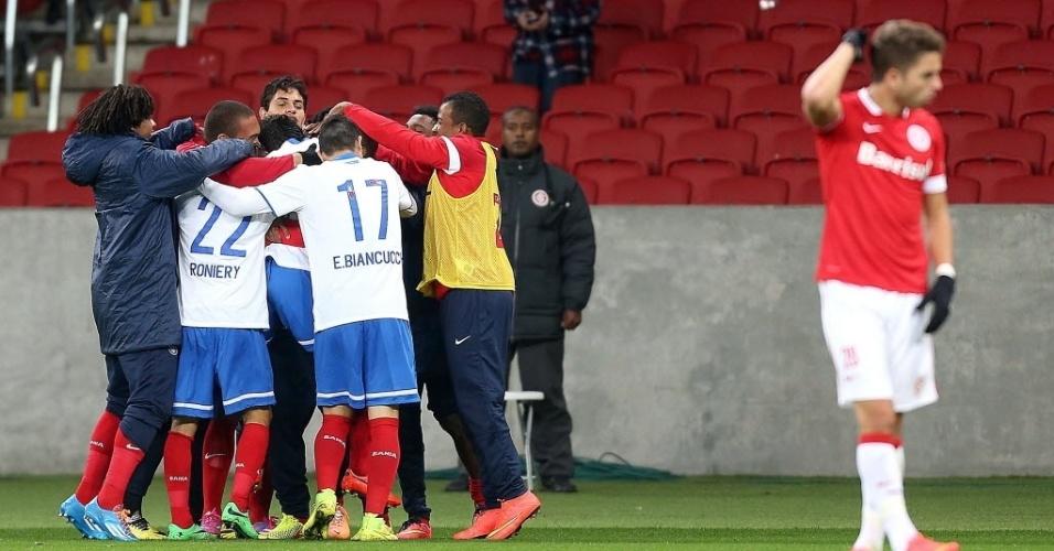 27.ago.2014 - Jogadores do Bahia comemoram após Diego Macedo fazer 2 a 0 contra o Internacional pela Sul-Americana