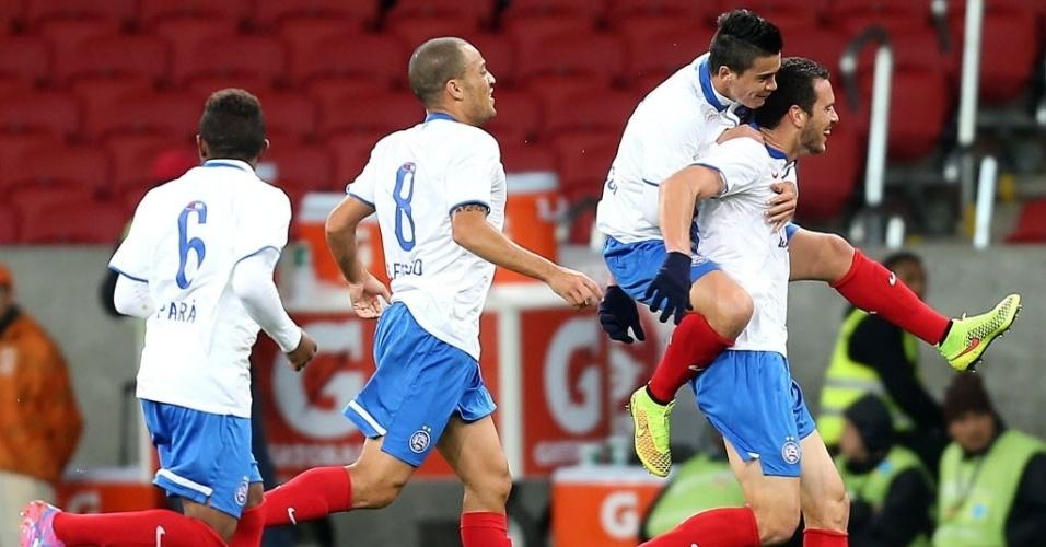 27.ago.2014 - Jogadores do Bahia comemoram gol de Lucas Fonseca contra o Internacional pela Copa Sul-Americana no Beira-Rio