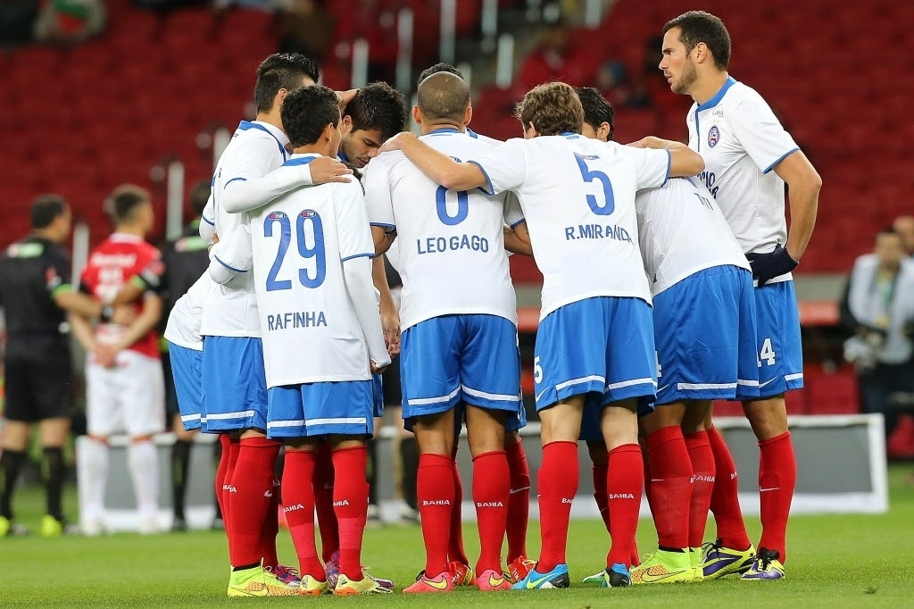 27.ago.2014 - Jogadores do Bahia se reúnem em campo antes de jogo contra o Internacional pela Copa Sul-Americana