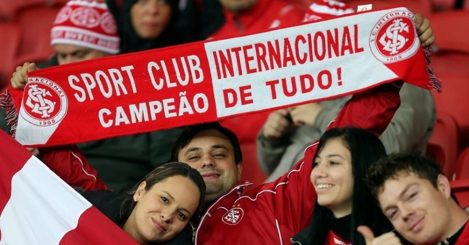 27.ago.2014 - Torcedor do Internacional mostra confiança nas arquibancadas do Beira-Rio antes do jogo contra o Bahia pela Sul-Americana