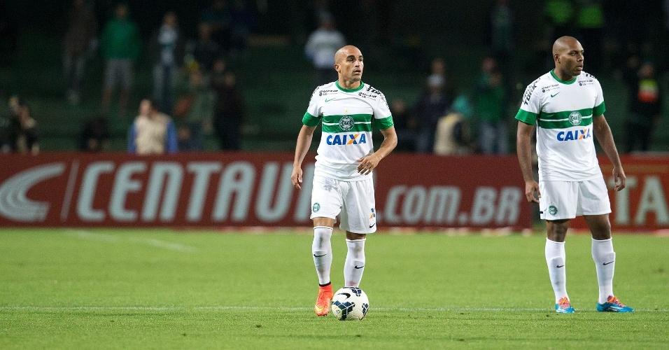 Gil observa antes de fazer a jogada pelo Coritiba contra o Flamengo pela Copa do Brasil