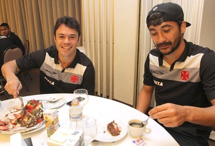 Kléber, ao lado de Douglas, corta o bolo dado pelo Vasco para comemorar seu aniversário