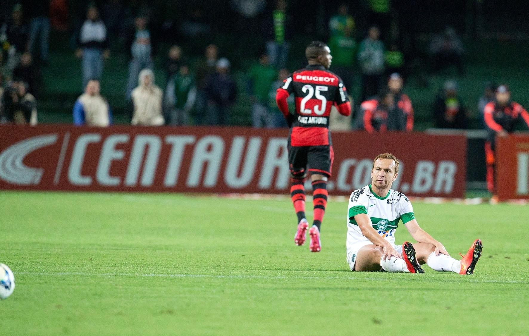 Zé Love fica caído no gramado após dividida com jogador do Flamengo pela Copa do Brasil