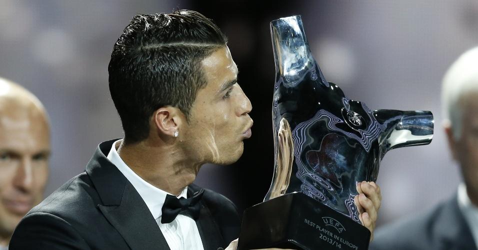 28. ago. 2014 - Cristiano Ronaldo beija troféu de melhor jogador da Europa da temporada 2013-2014