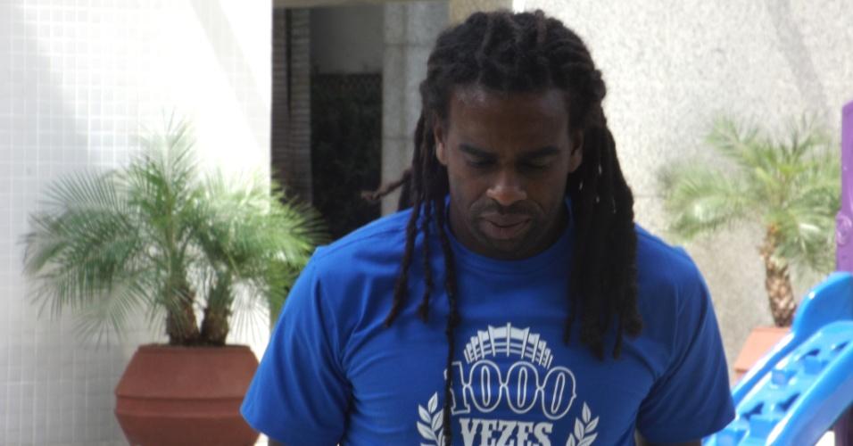 28 Ago. 2014 - Volante Tinga, do Cruzeiro, concede entrevista em sua casa após fraturar a perna direita