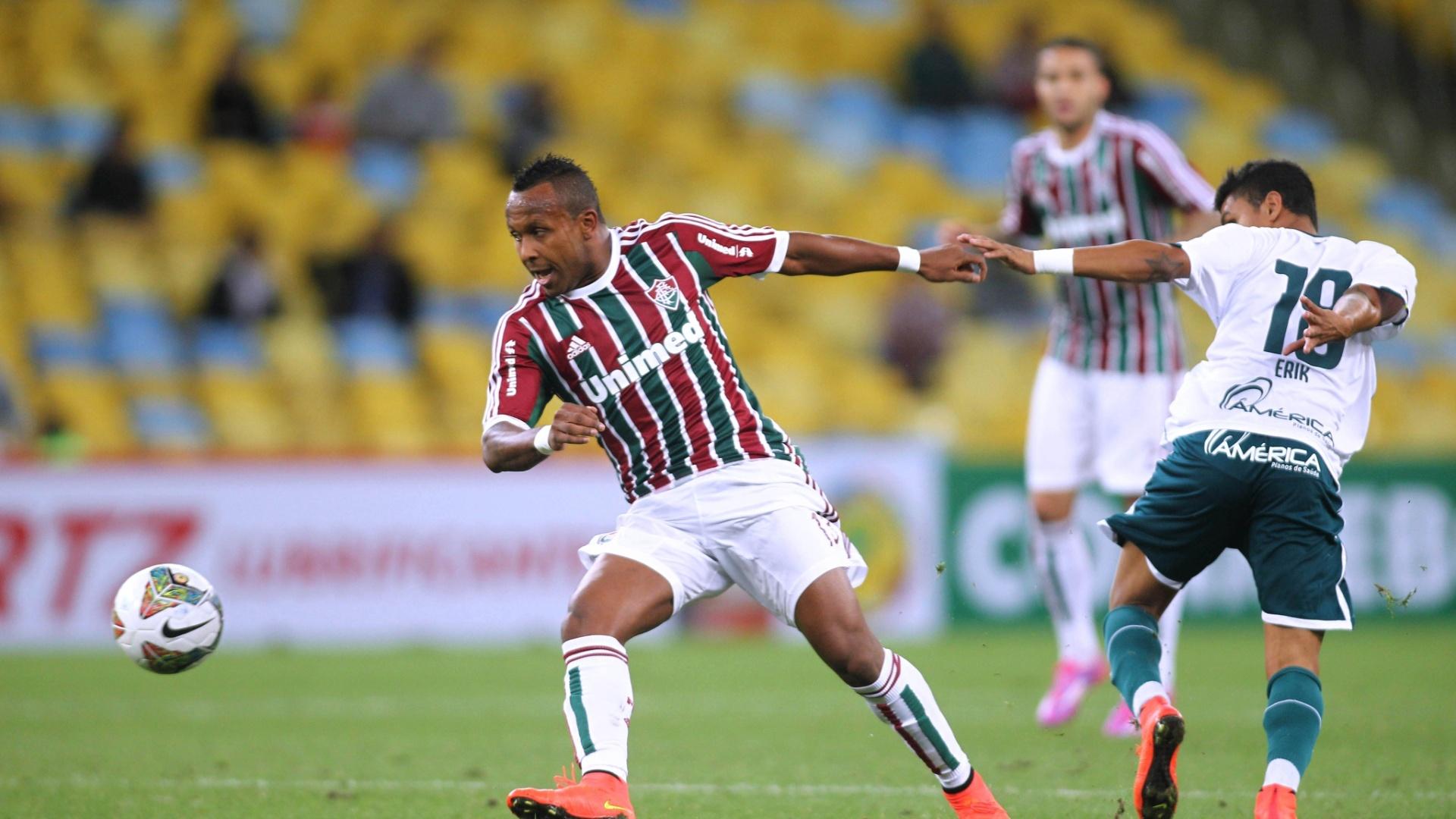 Chiquinho desarma Erik em partida do Fluminense contra o Goiás pela Copa Sul-Americana