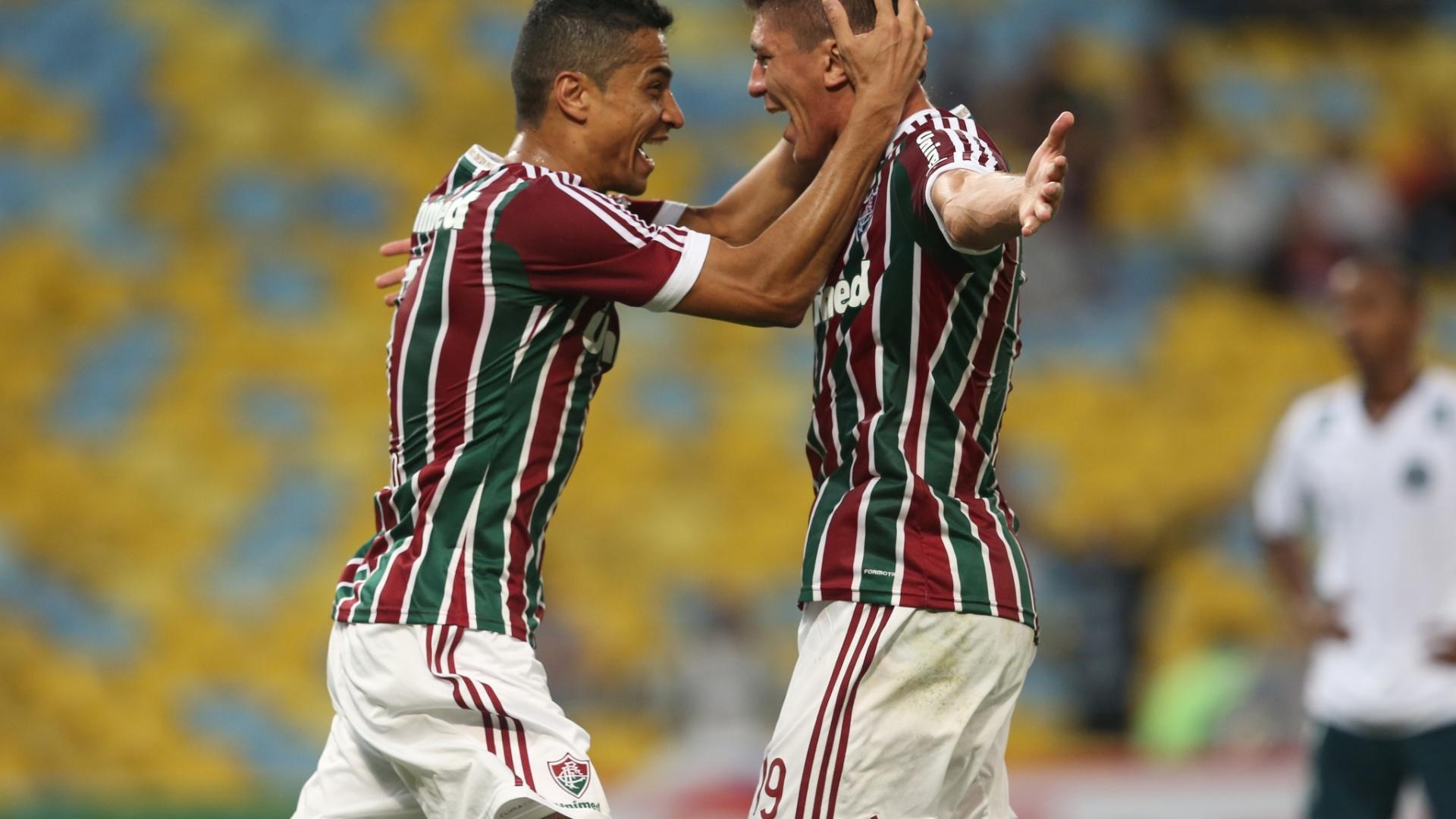 Cícero abraça Edson após gol do Fluminense contra o Goiás pela Copa Sul-Americana