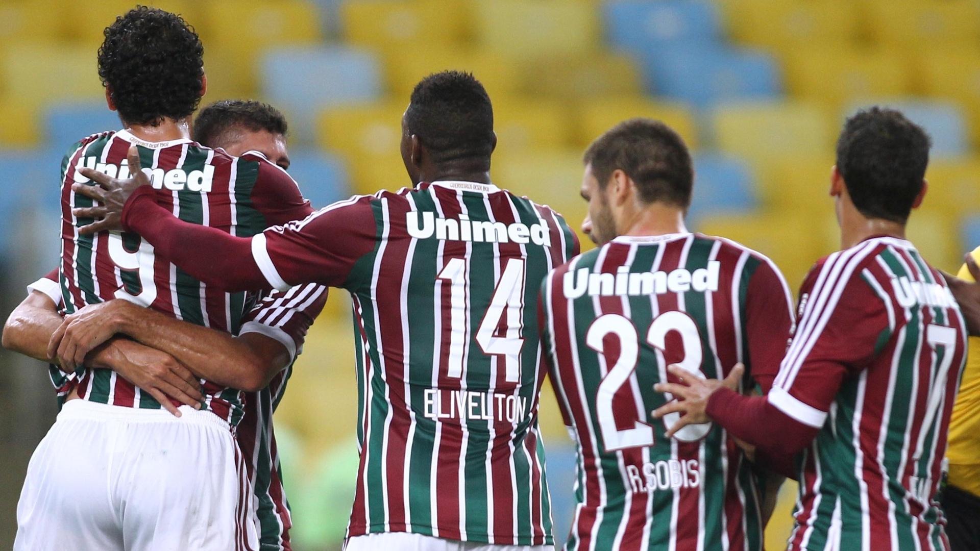 Edson abraça Fred após fazer gol contra o Goiás pelo Flu na Sul-Americana