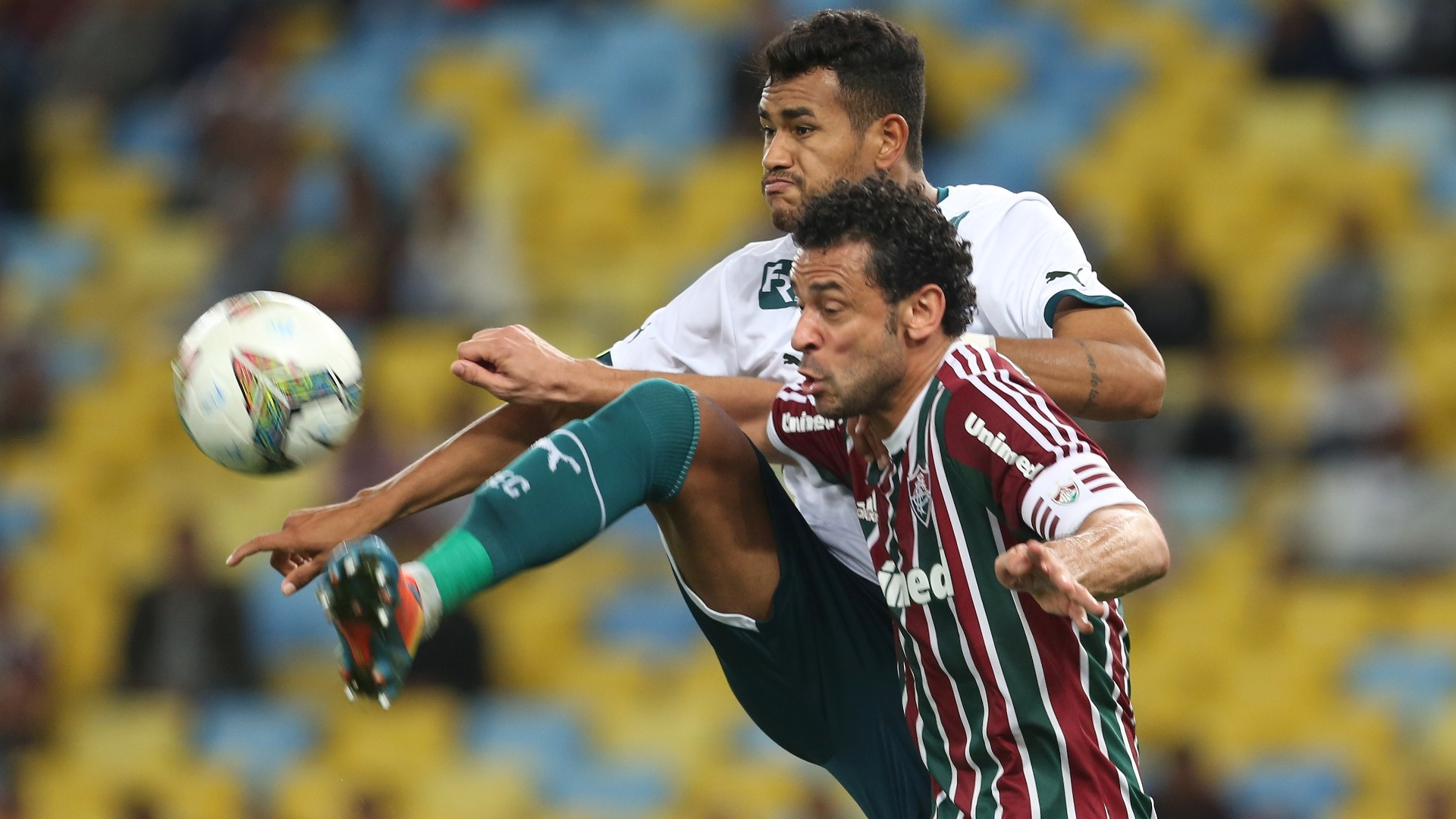 Fred disputa bola com jogador do Goiás em duelo do Fluminense pela Sul-Americana