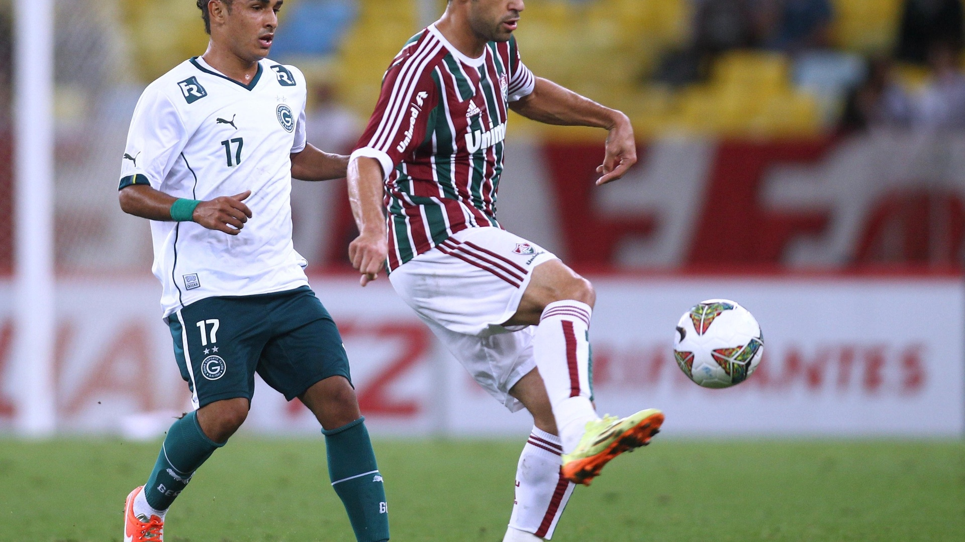 Fred domina a bola na partida entre Fluminense e Goiás pela Sul-Americana