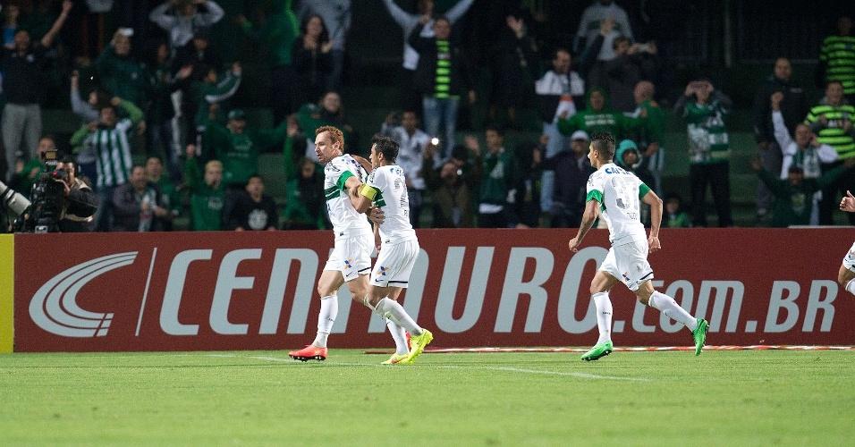 Jogadores do Coritiba comemoram gol contra o Flamengo pela Copa do Brasil