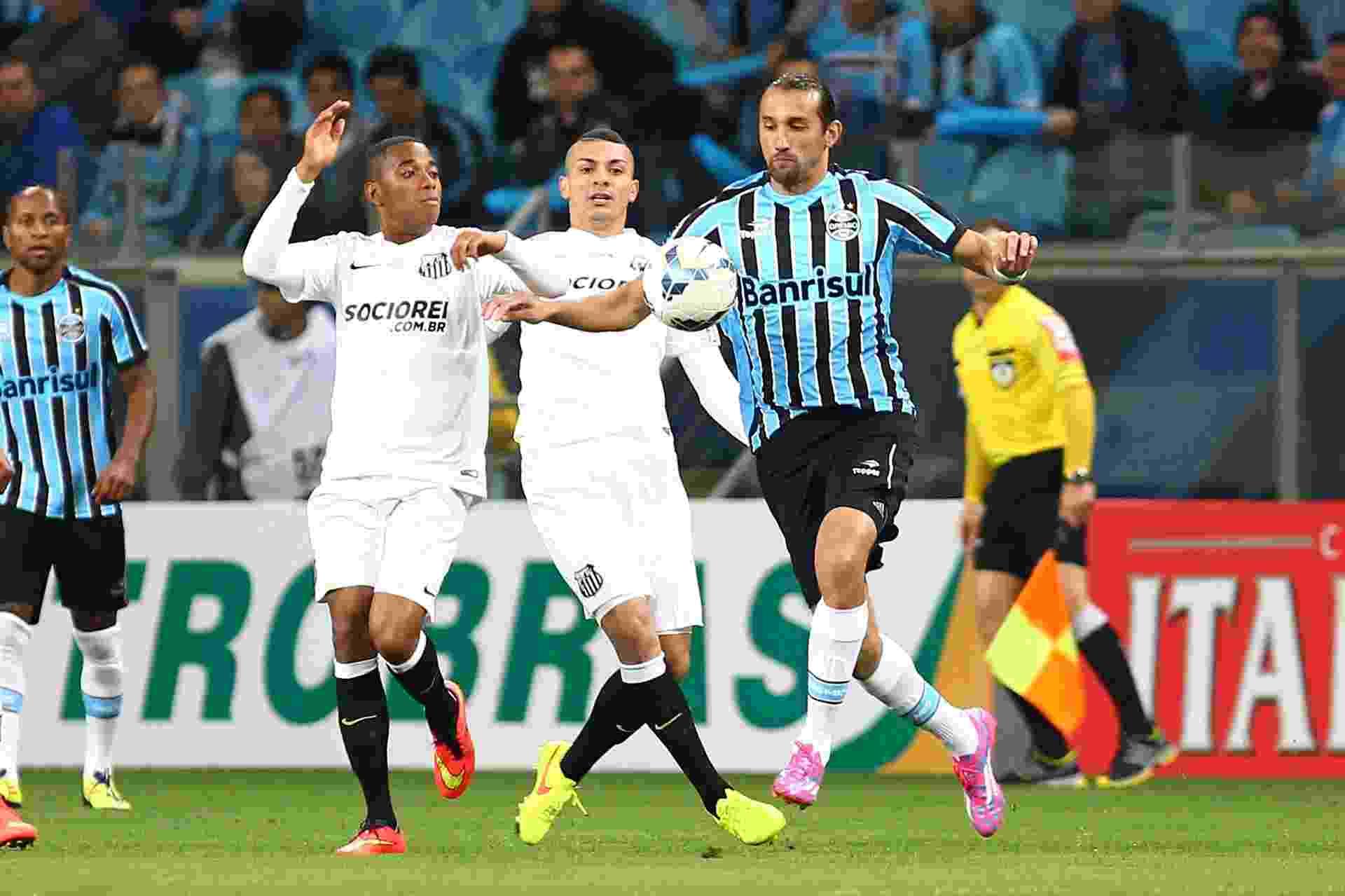 Robinho e Barcos disputam bola em duelo pela Copa do Brasil - LUCAS UEBEL/GREMIO FBPA