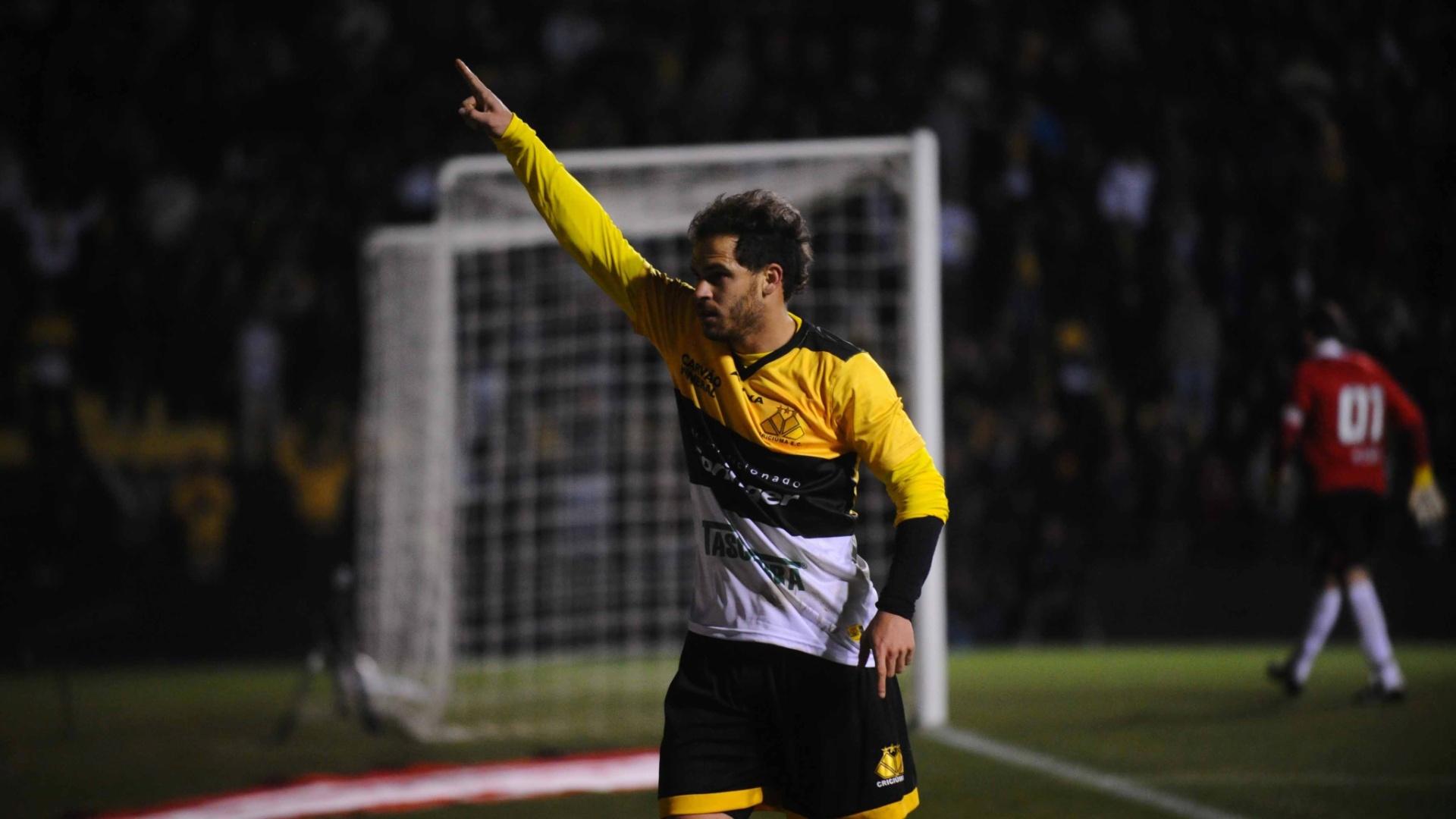 Silvinho comemora gol do Criciúma contra o São Paulo pela Copa Sul-Americana