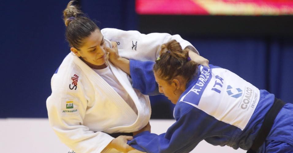 A gaúcha Mayra Aguiar passou com tranquilidade por sua chave, vencendo dois dos três combates que fez por ippon. Depois chegou à medalha de ouro, a primeira do Brasil