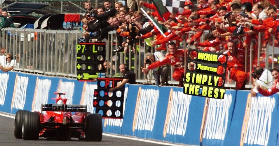 Ferrari comemora título de Schumacher na bandeirada com placa: