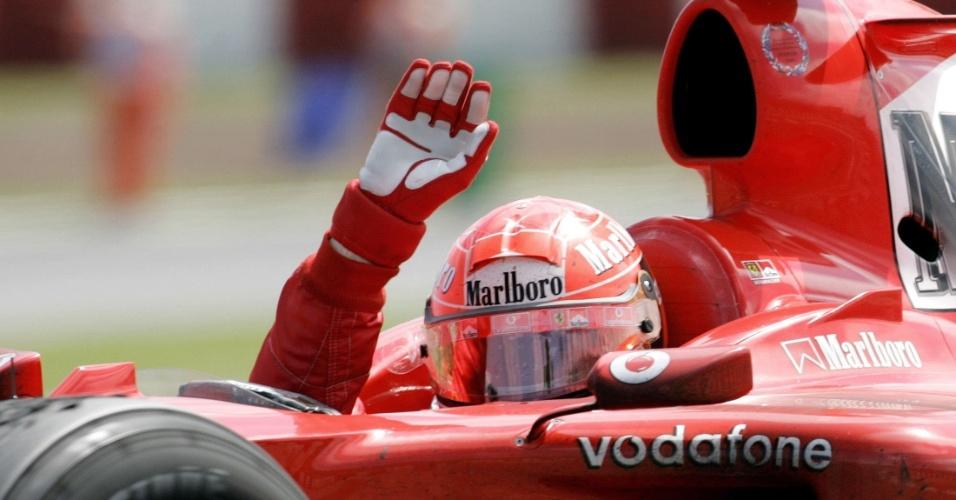 Michael Schumacher acena durante comemoração da vitória no GP da Espanha de 2004