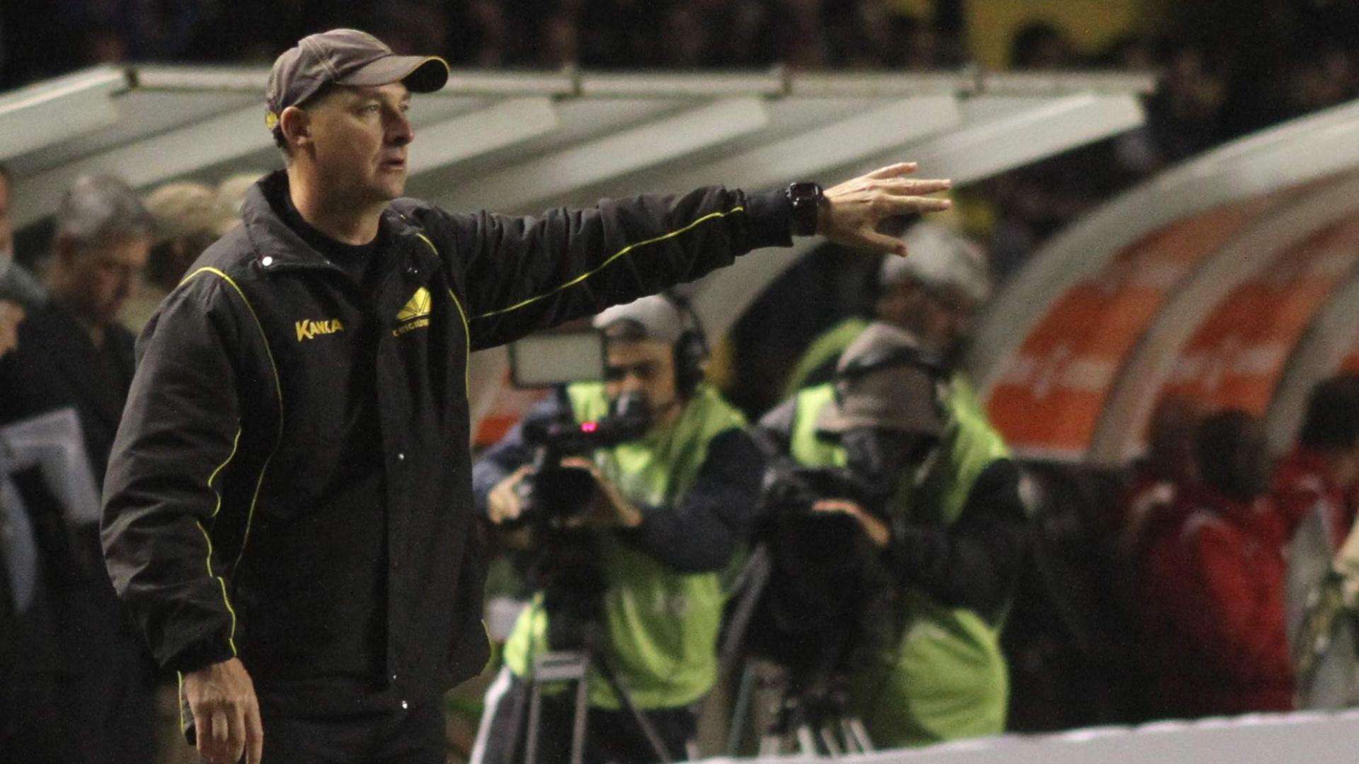 O técnico interino Wilsão comandou o Criciúma na partida contra o São Paulo