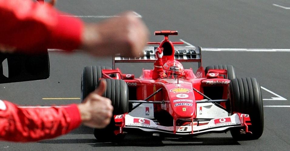 Schumacher cruza a linha de chegada no GP a Bélgica de 2004 e conquista o hepta